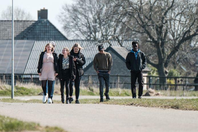 Bewoners van het Didamse Driestroomhuis maken een wandeling.