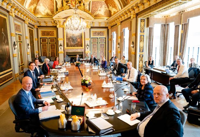 De wekelijkse ministerraad met afstand tussen ministers na de corona maatregelen.