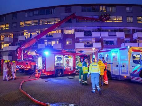 Bewoner zwaargewond bij uitslaande brand in flat, politie vermoedt brandstichting