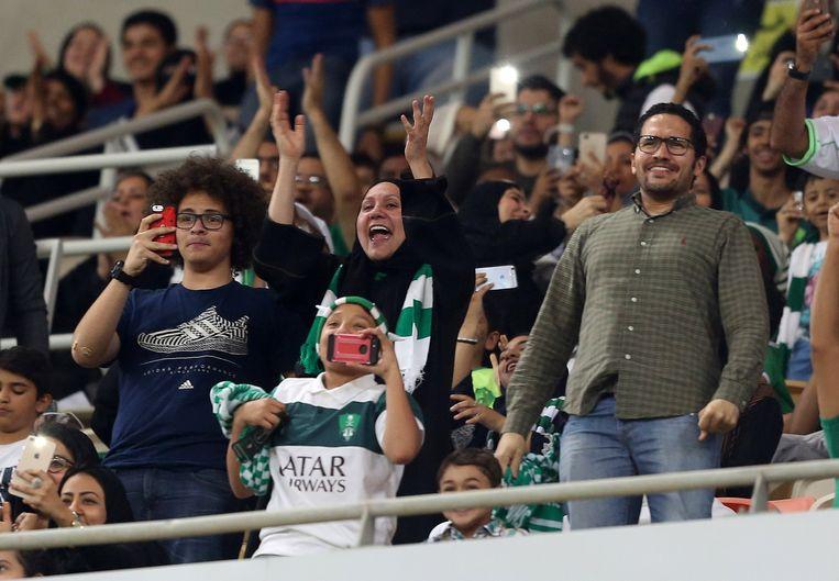 Deze vrouw juicht omdat haar ploeg, Al-Ahli, net gescoord heeft. Saoedische vrouwen zagen hun favoriete spelers deze avond voor het eerst live met 5-0 winnen.