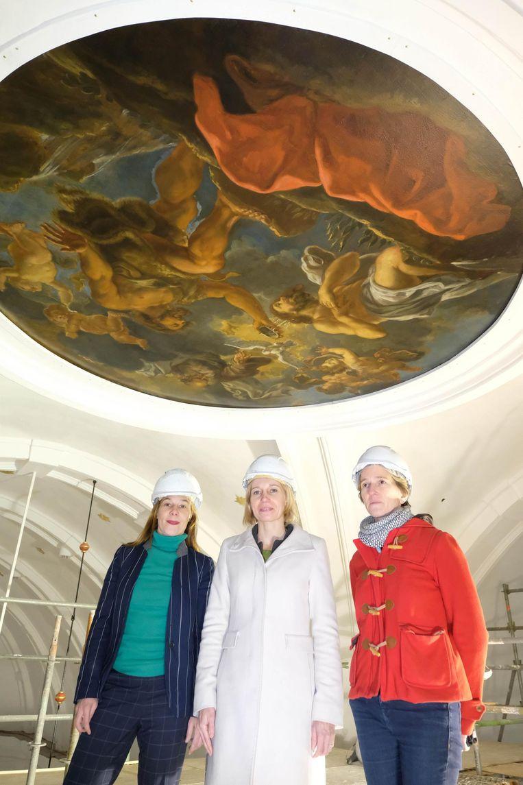 Sofie Stevens van Monumentenzorg, schepen Greet Geypen en architecte Elfie Hermans onder 'De Doop van Christus'.