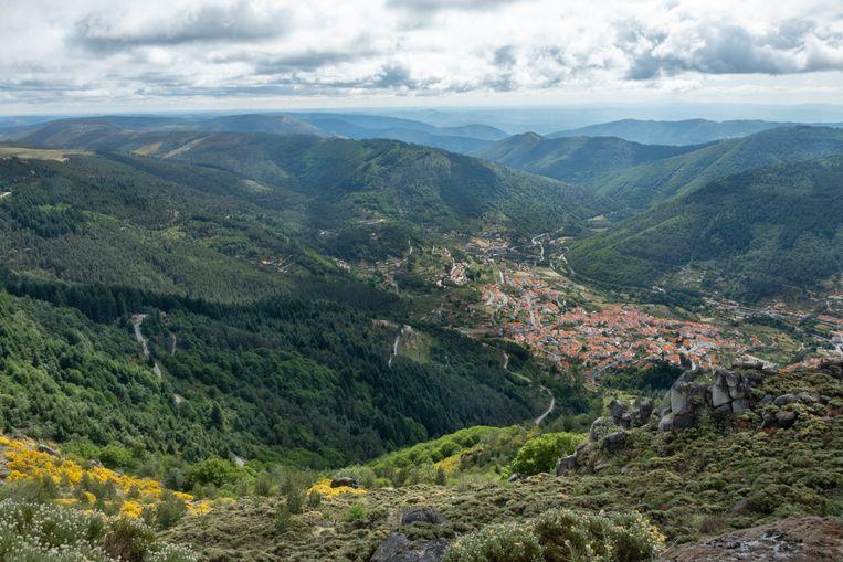Diepgroen, knalblauw en oranje: de Serra da Estrela is een waar kleurenspektakel.  Beeld Roos Haverman