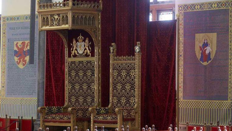 In de Ridderzaal staat naast de troon voor koning Willem-Alexander ook een kleiner exemplaar voor koningin Maxima. Boven aan de troon van de koning prijken de letters WA. Beeld anp