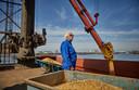 Van den Berg laadt soja in de Europoort. ,,Ik denk dat ze er in Duitsland olie van maken.''