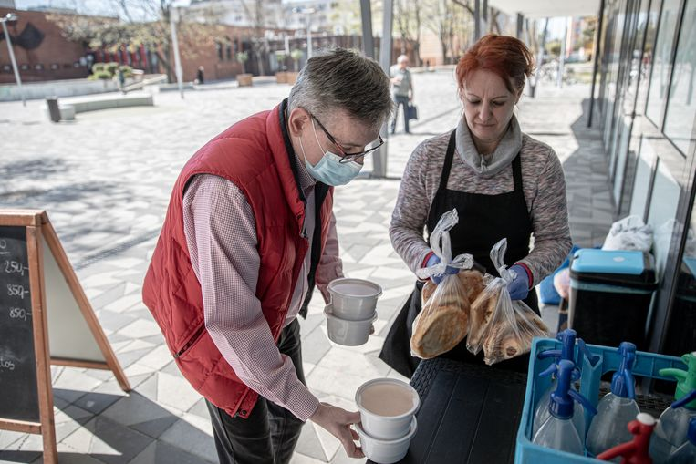 Balazs Pollreisz legt eten klaar voor mensen in nood in Györ. Beeld Akor Stiller