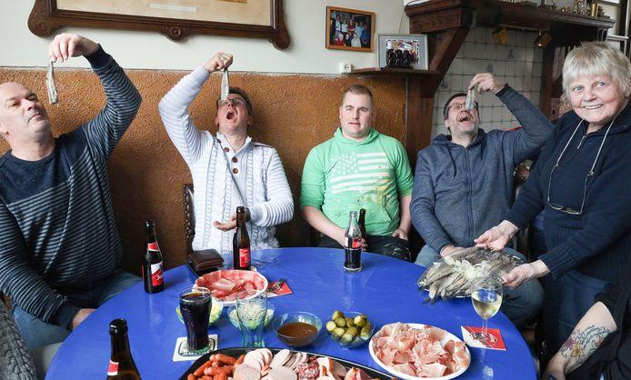 De Nachtuuln komen traditiegetrouw haringhappen bij Greetje Hermie (rechts), Prins Bennie Murphy 1 (tweede van links) en voorzitter Germen Modde (tweede van rechts) laten  de haring smaken.