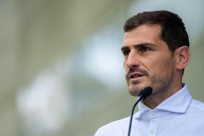 Iker Casillas doet een toespraak nadat hij ontslagen is uit het ziekenhuis.