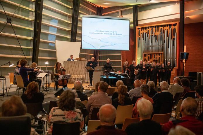 Bezoekers luisten in De Open Hof naar de première van De Bergrede.