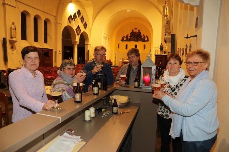 Na de mis wordt er een patersbiertje gedronken aan de toog in de kerk.