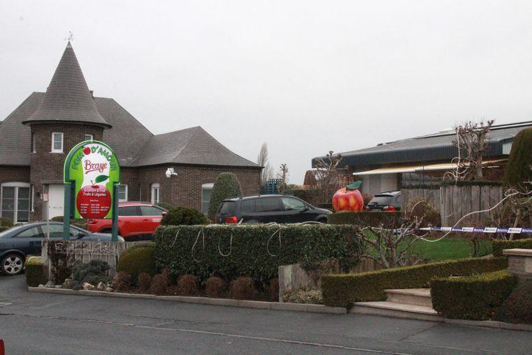 De villa waar de zaakvoerders wonen van de groenten- en fruitwinkel bleef ook daags na de feiten afgespannen met politielint.