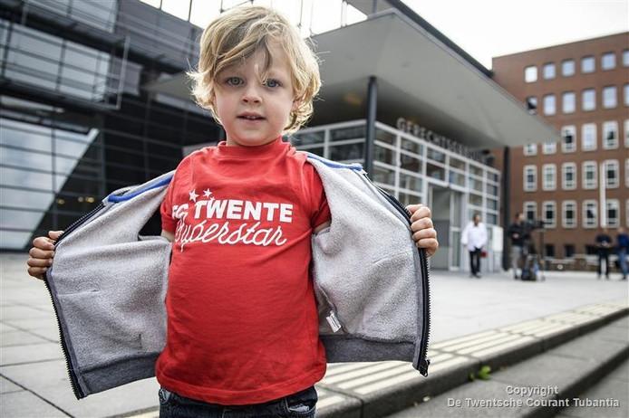 De jonge Gijs toont vol trots zijn FC Twente shirt voor de rechtbank