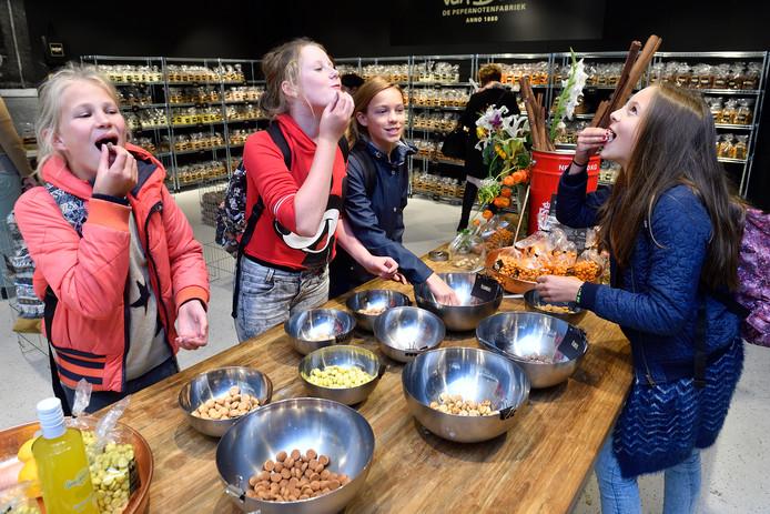 Pepernoten proeven in de Van Delft Pepernotenfabriek.