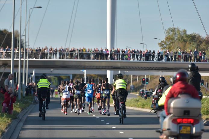 Veel publiek voor de koplopers van de Marathon Eindhoven.