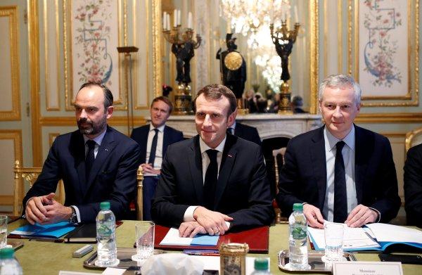 Macron lapt Europese regels aan zijn laars om protest gele hesjes te bedwingen