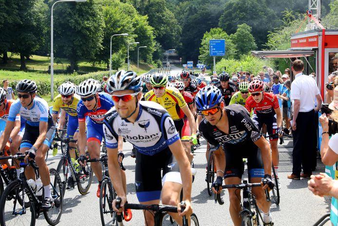 De start van de eliterace bij de Omloop der Zevenheuvelen, met vooraan Jeroen Janssen uit Nijmegen.