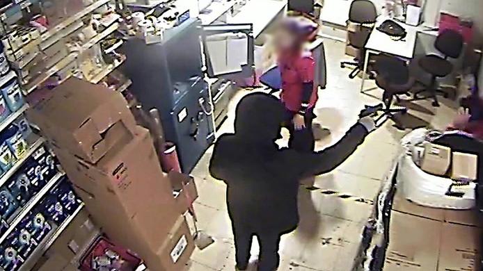 De man bedreigde de medewerksters met een vuurwapen.