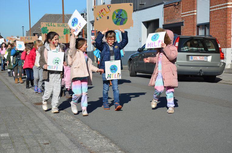 De jonge 'klimaatbetogers' genieten van het vroege lenteweer.