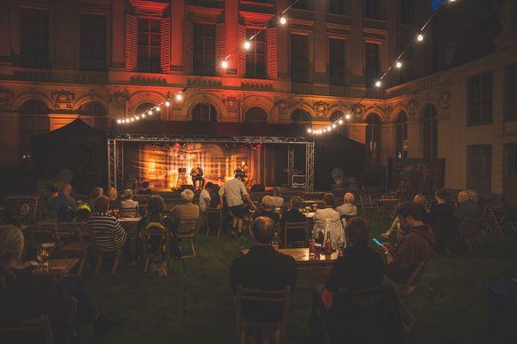 De paleistuin 's avonds tijdens de Geen Gentse Feesten. Nu gaan de concerten overdag door.