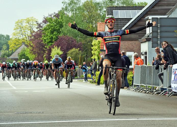 Arne Peters heeft de beste benen na een natte koers over 172 kilometer. In het lichtblauwe tricot sprint Tim van Dijke op de achtergrond.