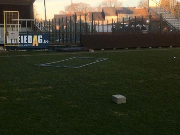 Op het veld werd een metalen hek gegooid.