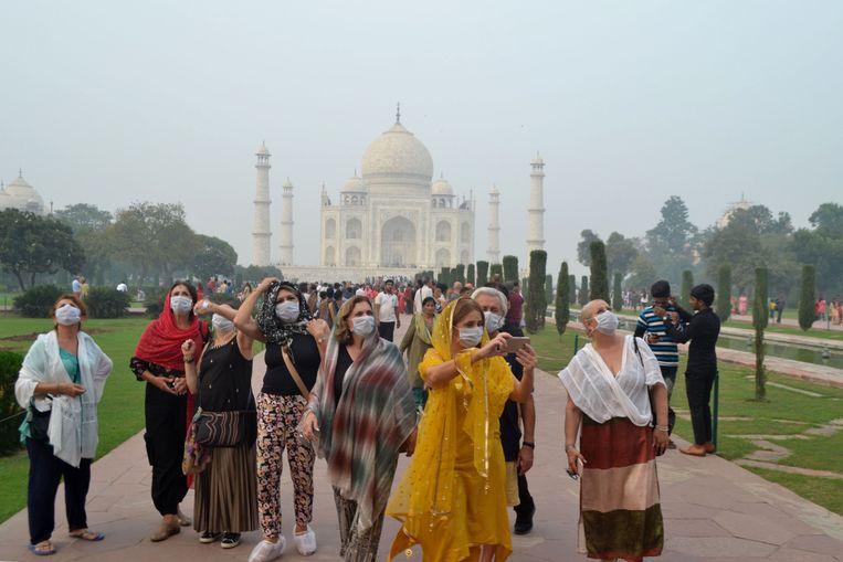 Om aantasting van de Taj Mahal door de smog te voorkomen zijn luchtzuiveringssysteamen geplaatst.  Beeld AFP