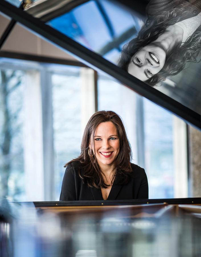 Pianiste Daria van den Bercken (links) en actrice Daantje Idelenburg doken in de roerige correspondentie van Beethoven.