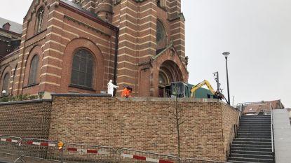 Barst in nieuwe kerkmuur: voetpad afgesloten