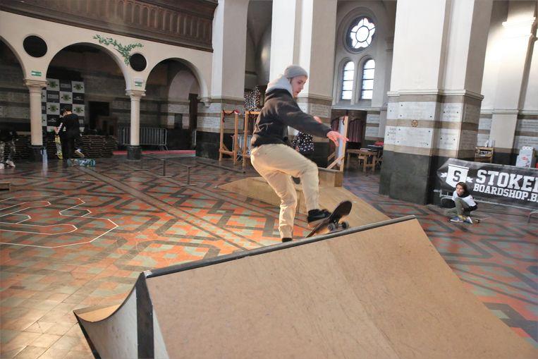 Skaters leven zich uit in het indoorskatepark dat in de Paterskerk in Halle werd ingericht.