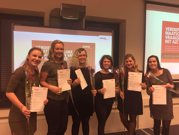 De zes studentes van Avans Hogeschool kregen woensdagavond een certificaat voor hun project. vlnr Karlijn, Suzan, Merte, Emy, Amanda, Demi.