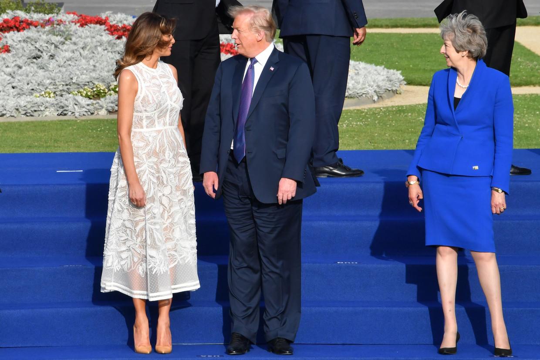 Donald Trump onderhoudt zich met zijn vrouw Melania, terwijl de Britse premier Theresa May toekijkt, Brussel, 11 juli.