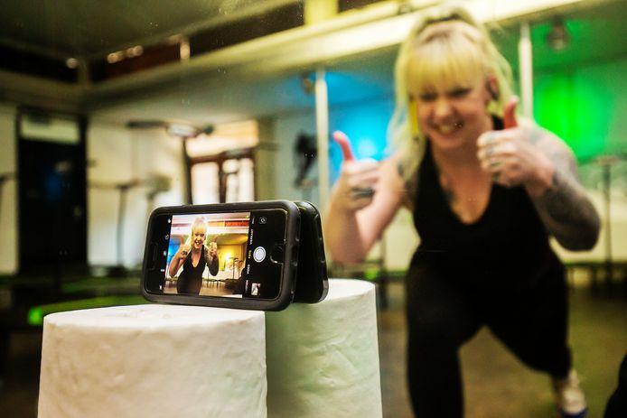 Kitty van Veen van Dansstudio Bounce neemt een video op in de studio waar normaal gesproken enthousiast wordt gejumpt op kleine trampolines.