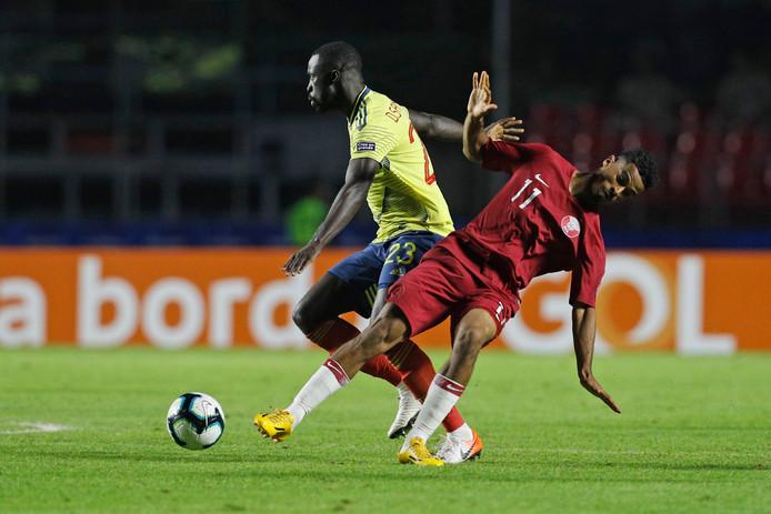 Davinson Sanchez zet Qatar's Akram Afif opzij.