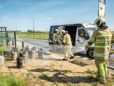 Brand in bestelbus met gasflessen in Houten geblust, ontploffingsgevaar geweken