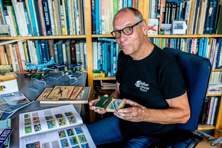 Bob Dros toont enkele levensechte illustraties. 'Voor zeldzame exemplaren ben je zo 60 tot 80 dollar kwijt.' Beeld Nosh Neneh