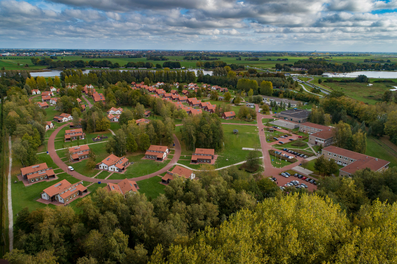 Het asielzoekerscentrum tussen Dronten en Kampen, vanuit de lucht.