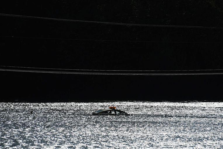 Een auto die bijna onder water is verdwenen, in de Japanse stad Kakuda, zo'n 300 kilometer ten noorden van Tokio. Het gebied kampt met overstromingen door tyfoon Hagibis. Beeld AFP