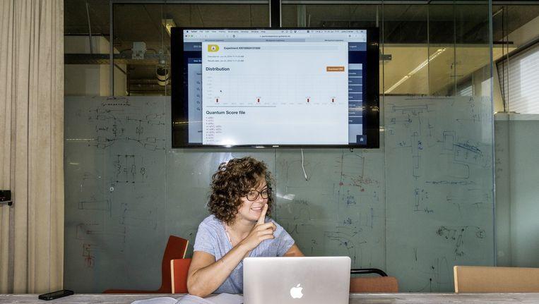 Promovenda Julia Cramer bedient in de vergaderzaal van het QuTech-instituut in Delft de IBM-quantumcomputer in de staat New York. Beeld Adrie Mouthaan