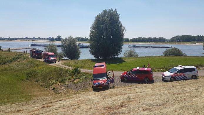 Hulpdiensten op de Waaldijk.