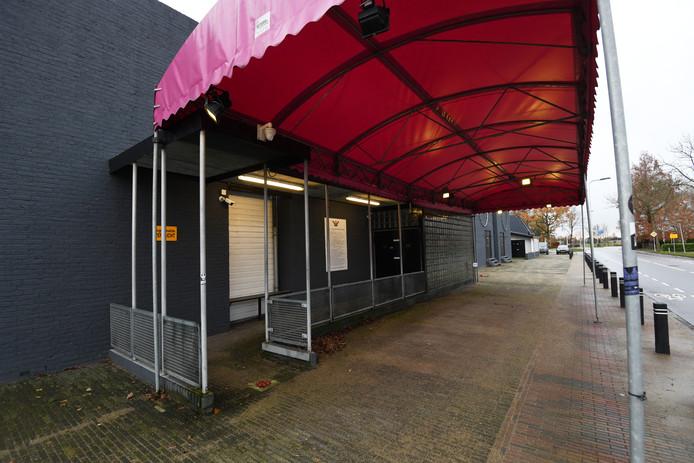 De gesloten entree van de discotheek in Beesd