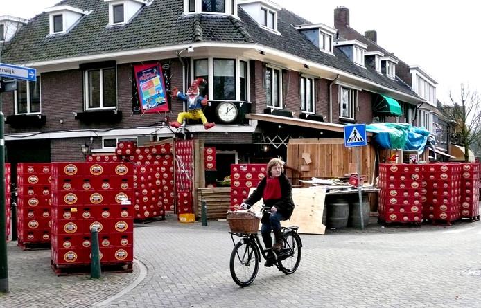 Als geluidsisolatie metselde John van Gils tijdens carnaval 2011 zijn café met kratjes bier dicht.