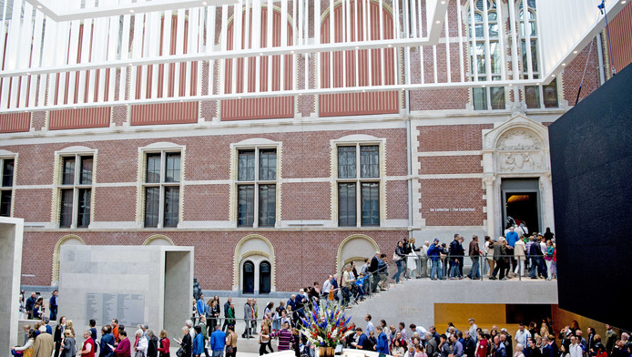 Bezoekers staan in de rij bij het Rijksmuseum om Marten en Oopjen te aanschouwen