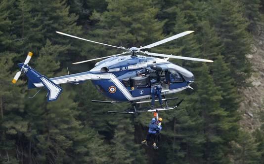 Reddingswerkers worden met een helikopter op de rampplek gedropt