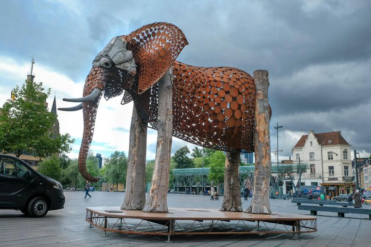 Het kunstwerk 'The Weeping Elephant' van Jantien Mook op het Flageyplein.