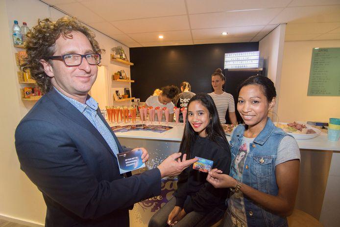 In 2016 was Martijn Stekelenburg nog SP-wethouder in Nieuwegein. Hier overhandigt hij de eerste Stadspas waarmee inwoners met een laag inkomen met korting kunnen deelnemen aan activiteiten op het gebied van sport en cultuur.