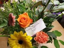 Woerdens raadslid Wilma de Mooij krijgt bloemetje van eigen partij als steun na duw van collega
