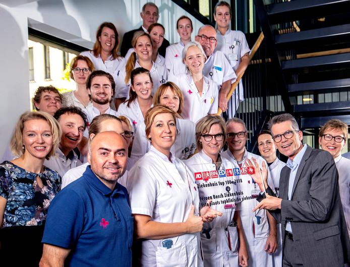 Hans Nijenhuis overhandigt de plaquette voor de winnaar van de Ziekenhuis Top 100 aan personeel van het Jeroen Bosch Ziekenhuis in Den Bosch.