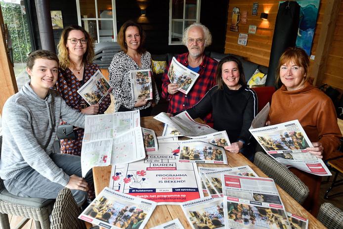 Gluren bij de buren: Falco Neering en moeder Joyce, Edith de Graaf, Dick Boomkens, Daniëlle Jutte en Nel Schoon.