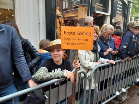 Sietse (10) uit Meppel heeft handtekening van de koning op zijn gips