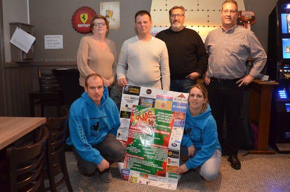 Serge Van Lierde met Stijn en Cindy van de Foundation Jana De Koker en de voorzitters van de meewerkende carnavalsverenigingen.
