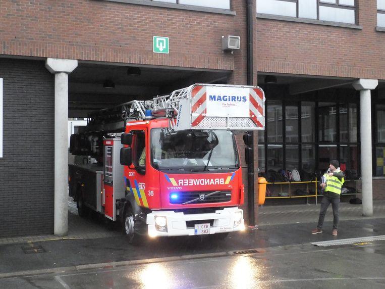De binnenkoer van de school is moeilijk bereikbaar, de ladderwagen van de brandweer kan maar net gepast door de schoolpoort.
